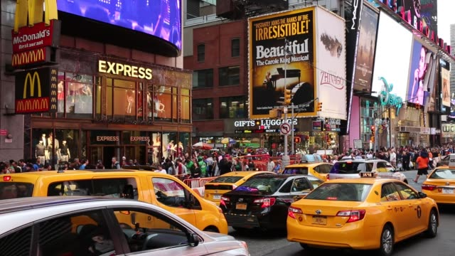 der berühmte times square in new york, usa - broadway manhattan stock-videos und b-roll-filmmaterial