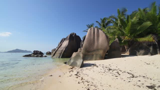 the famous tropical beach anse source d´argent with white sand and boulder rock formations and crystal clear water. - boulder rock bildbanksvideor och videomaterial från bakom kulisserna