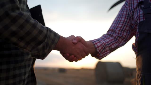 農夫と農学者は、正常に作業を完了した後、握手 - 干し草点の映像素材/bロール