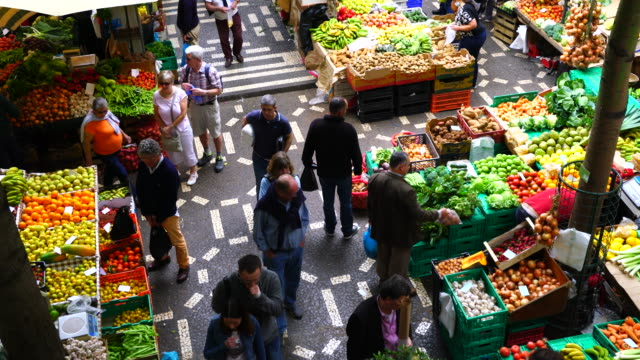 the farmer´s market, funchal city - bancarella video stock e b–roll