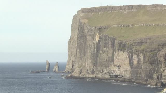 the faroe islands an autonomous danish territory in the middle of the north atlantic is home to around 50000 people less than the islands 80000 sheep - oceano atlantico del nord video stock e b–roll