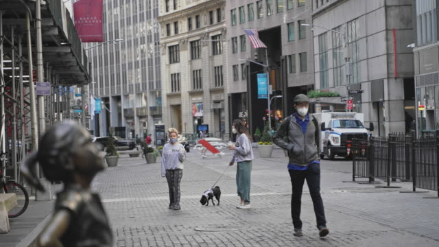 the fearless girl statue on broad street which is normally overcrowded but now deserted because of the covid19 outbreak 4k uhd video footage - young women stock videos & royalty-free footage