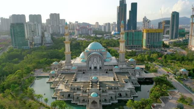 the federal territory mosque, or masjid wilayah persekutuan, kuala lumpur, malaysia on sunset. - malaysia stock-videos und b-roll-filmmaterial