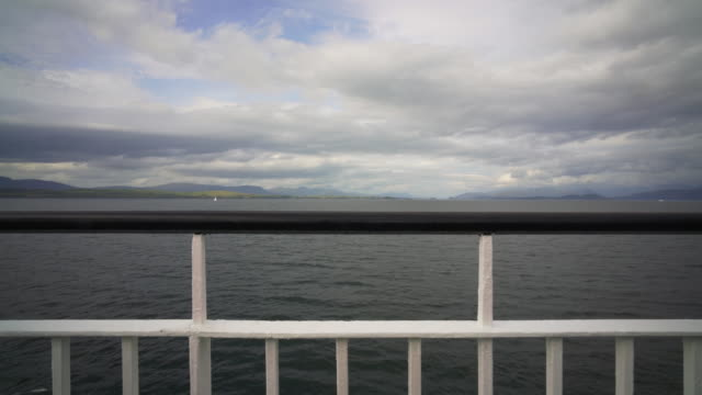 vídeos de stock, filmes e b-roll de the ferry crossing from the island of mull to oban - ilha mull