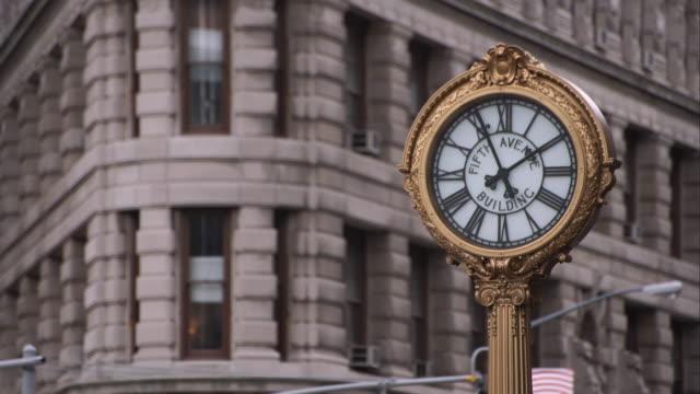 the fifth avenue building clock in manhattan - utsmyckad bildbanksvideor och videomaterial från bakom kulisserna