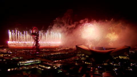 stockvideo's en b-roll-footage met the final minute of the fireworks of the london 2012 paralympic opening ceremony.this is a static wide shot with no sound. paralympic opening... - 2012