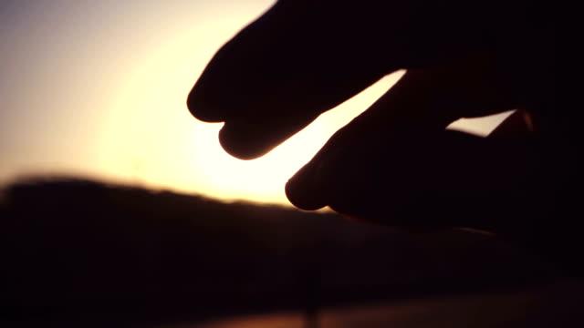 vídeos y material grabado en eventos de stock de los dedos sienten el sol - onírico