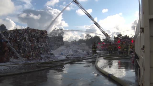 the fire occurred at san diego fiber corporation located at 4040 lockridge street, san diego, ca around 4:45 p.m. san diego fire units responded with... - 酋長点の映像素材/bロール