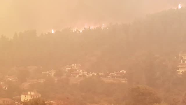 vídeos de stock, filmes e b-roll de the fires surrounding the village of peyki, on the island of evia of greece on august 08, 2021 as a wildfire burns for 6 days in the areas on the... - grécia