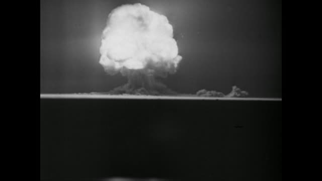 vídeos de stock e filmes b-roll de the first atomic bomb explosion takes place in new mexico - bomba
