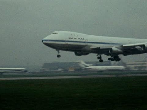 vídeos y material grabado en eventos de stock de the first commercial flight of the new boeing 747 comes into land at london airport - 1970