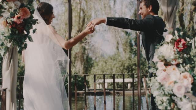 vídeos y material grabado en eventos de stock de el primer baile de tantos más juntos - novio relación humana