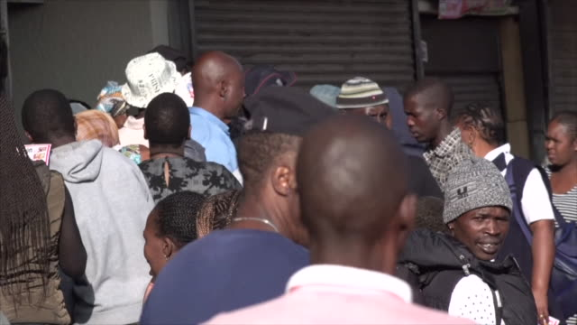 stockvideo's en b-roll-footage met the first day of south africa's coronavirus lockdown has been marked by bustling streets and long queue's at supermarkets. police and soldiers are... - reportage