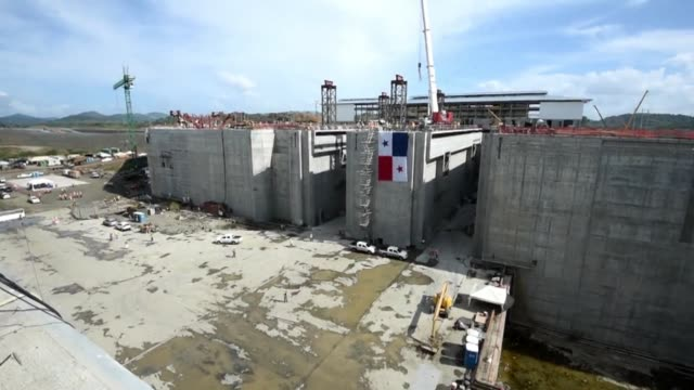 stockvideo's en b-roll-footage met the first floodgate in the new expansion of the panama canal was installed on monday in panama city - panamakanaal