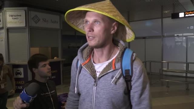 vídeos de stock e filmes b-roll de the first out of four special flights evacuates hundreds of ukrainian tourists from china as a deadly coronavirus outbreak grows - ucrânia