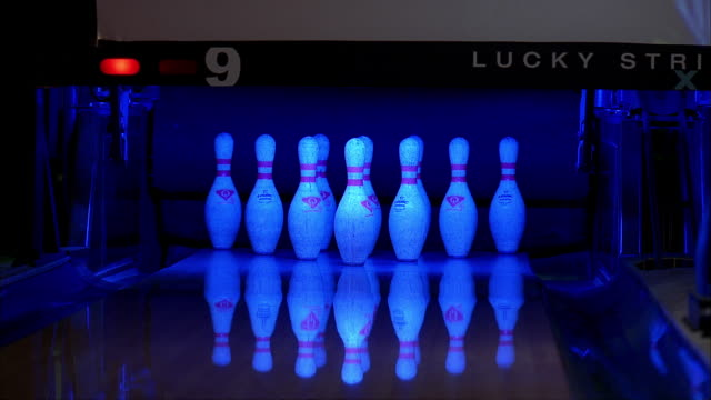 the first roll of a bowling frame successfully ends with a strike. - ボーリングボール点の映像素材/bロール