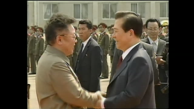the first summit between south korea and north korea was held in june 13th 2000 thensouth korean president kim daejun was welcomed by north korean... - 歴史点の映像素材/bロール