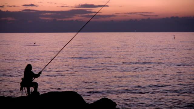 il pescatore - gara sportiva individuale video stock e b–roll