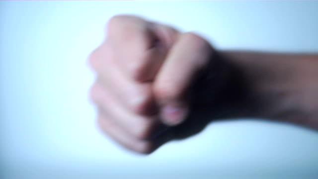 vídeos y material grabado en eventos de stock de el puño - puñetazo