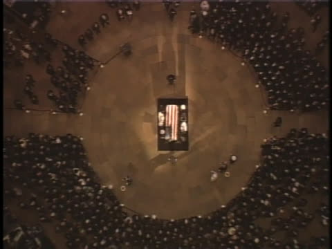 the flag-draped casket for former u.s. president ronald reagan lies in state. - 正装安置点の映像素材/bロール