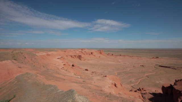 vidéos et rushes de the flaming cliffs (bayanzag) in gobi desert, mongolia - désert de gobi