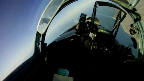 vidéos et rushes de le vol d'un avion militaire. vue depuis le cockpit. - pilote