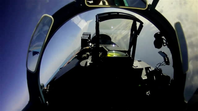 the flight of a military aircraft. view from the cockpit. - aereo militare video stock e b–roll