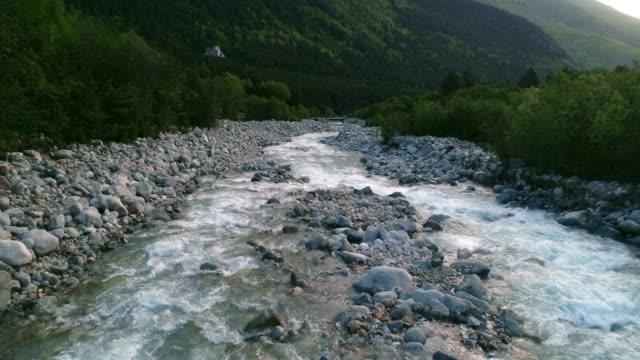 vídeos de stock, filmes e b-roll de o voo do drone sobre o belo rio montanhoso de cor azul. - corredeira rio