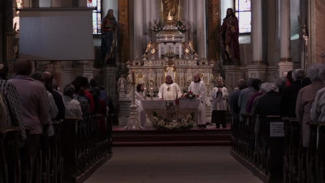 vídeos y material grabado en eventos de stock de the focal point of pope francis's trip to romania an open air mass saturday in a predominantly ethnic hungarian part of the picturesque transylvania... - pope