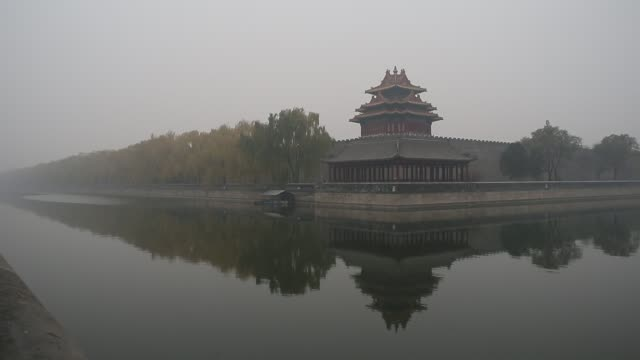 the forbidden city is covered by heavy smog on nov 29, 2014. - 堀点の映像素材/bロール