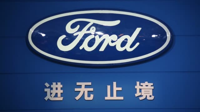 vidéos et rushes de the ford logo is displayed at the changan ford booth the joint venture between changan automobile co and ford motor co at the wuhan motor show 2013... - ford