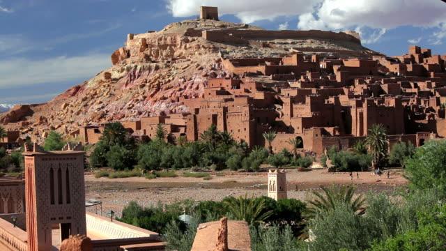 the fortified town of aitâ benhaddou, nr quarzazate, high atlas mountains, morocco, africa - オアシス点の映像素材/bロール