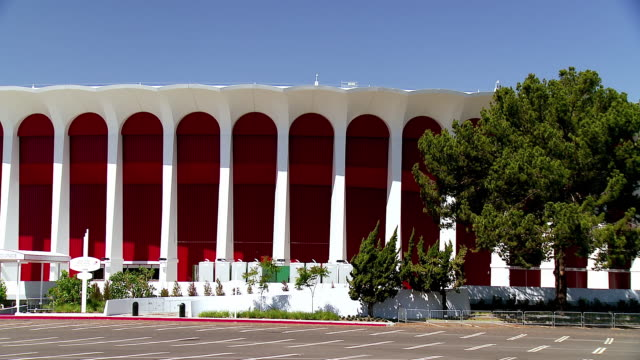 ws zo the forum landmark concert venue designed by charles luckman in the new formalist architectural style opened in 1967 and remodeled and re-opened in 2013 / inglewood, california, usa   - inglewood video stock e b–roll