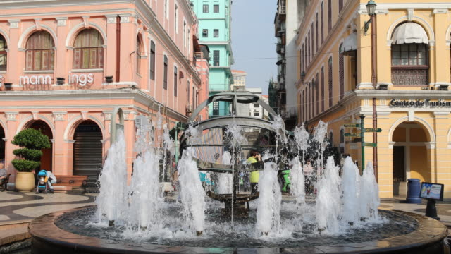 vídeos de stock, filmes e b-roll de the fountain at senado square in macau. - um dia na vida