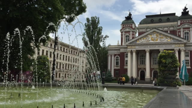 vidéos et rushes de the fountain in front of the national theatre, sofia, bulgaria - sofia