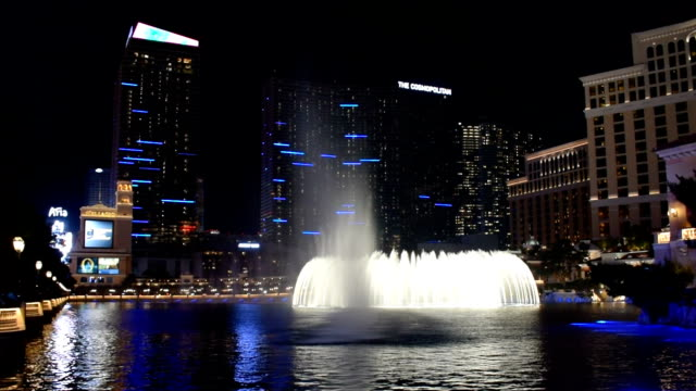 the fountains of bellagio at night, las vegas, nevada - bellagio hotel stock videos & royalty-free footage