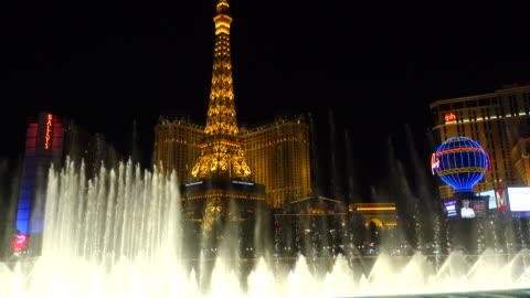 stockvideo's en b-roll-footage met the fountains of bellagio at night - replica eiffeltoren las vegas