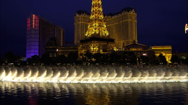 stockvideo's en b-roll-footage met the fountains of the bellagio hotel in las vegas create an impressive water show. - replica eiffeltoren las vegas