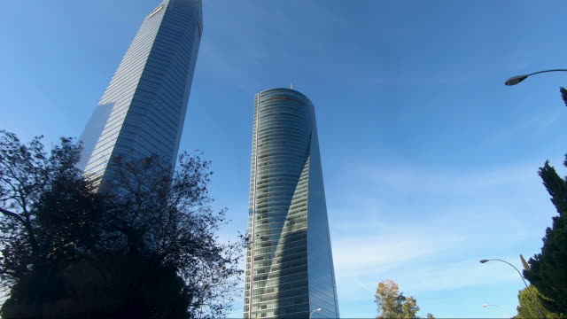 vídeos y material grabado en eventos de stock de the four iconic skyscrapers rise in the ctba area on october 16 in madrid, spain. ctba is a business district on paseo de la castellana in madrid,... - ubicaciones geográficas