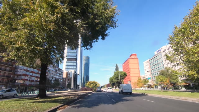 vídeos de stock e filmes b-roll de the four iconic skyscrapers rise in the ctba area on october 16 in madrid, spain. ctba is a business district on paseo de la castellana in madrid,... - locais geográficos