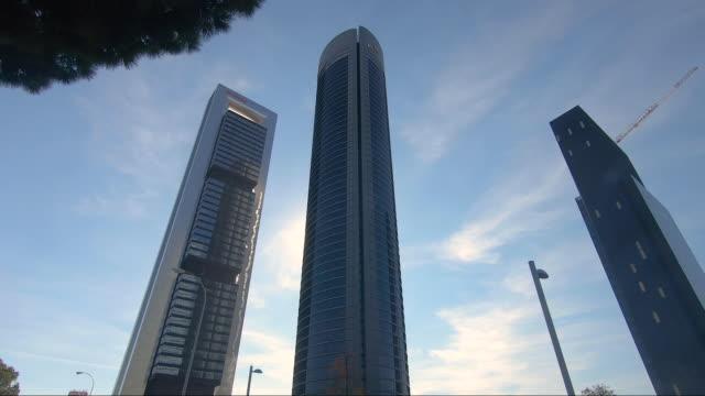 vídeos y material grabado en eventos de stock de the four iconic skyscrapers rise in the ctba area on october 16 in madrid, spain. ctba is a business district on paseo de la castellana in madrid,... - ubicaciones geográficas