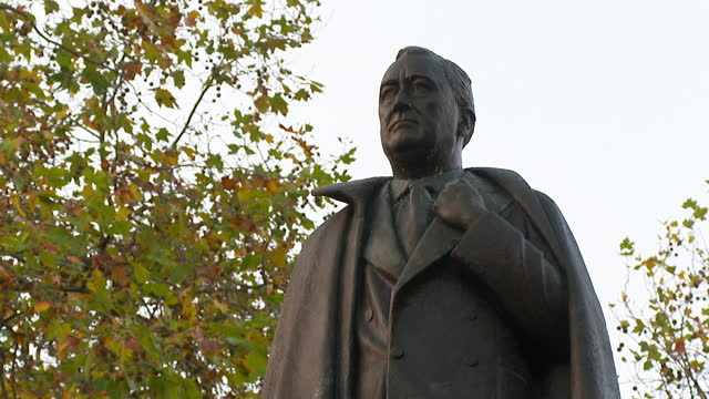 the franklin d. roosevelt statue in grosvenor square - male likeness stock videos & royalty-free footage