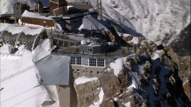 vídeos de stock, filmes e b-roll de the fraunhofer institute for atmospheric environmental research sits atop a snowy peak in bavaria, germany. - montanha zugspitze