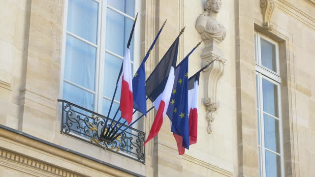 the french and european flags at the entrance to the elysée palace, the seat of the presidency of the french republic, at the conclusion of the... - 会長点の映像素材/bロール