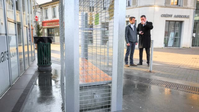 vídeos de stock e filmes b-roll de the french city of angouleme stirs controversy by fitting wire fences over city benches for christmas to stop the homeless from using them - equipamento doméstico