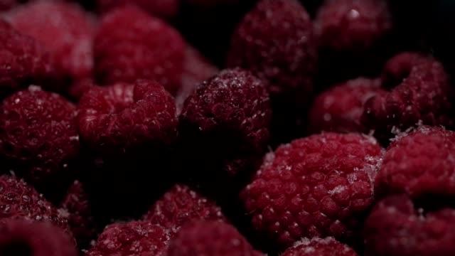 vidéos et rushes de les framboises congelées. savoureux fruits sucrés - glacé