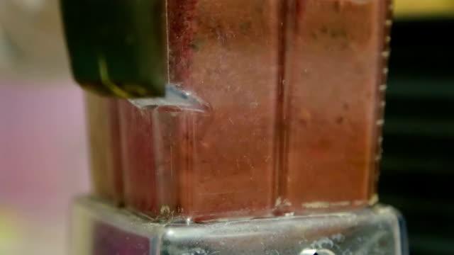 vídeos de stock e filmes b-roll de the fruit is mixed in the blender - lichia