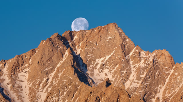 vídeos y material grabado en eventos de stock de t/l the full moon is setting at sunrise behind the eastern sierra nevada mountain range and the alabama hills / lone pine, california, usa - sierra nevada de california