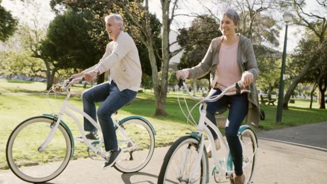 die lustige seite des ruhestands - seniorenpaar stock-videos und b-roll-filmmaterial