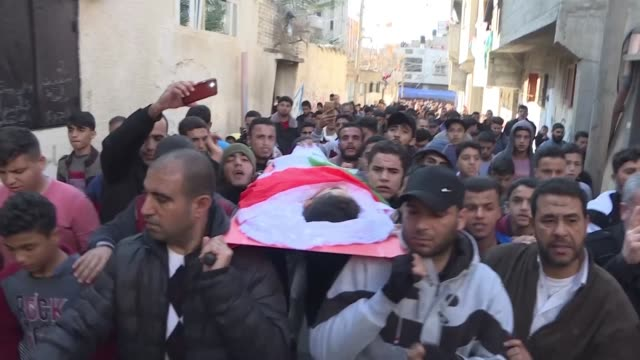 the funeral of 16 year old mohamed aljahjuh killed on the 21st of december by israeli gunfire during protests along the border with israel takes... - 2018 gaza border protests stock videos & royalty-free footage